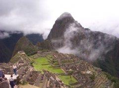 Machu_Pichu_im_Nebel.jpg